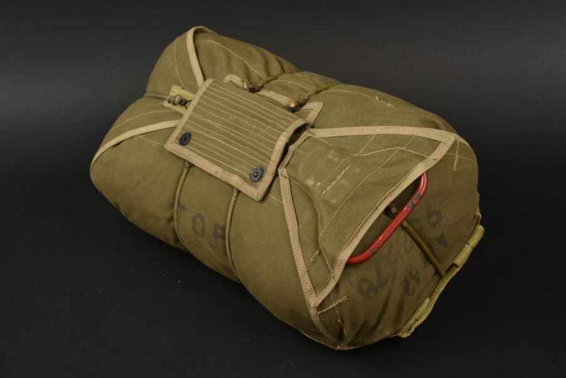 Parachute ventral du 377th Régiment de la 101ème Airborne. Front-mounted parachute of the 377th