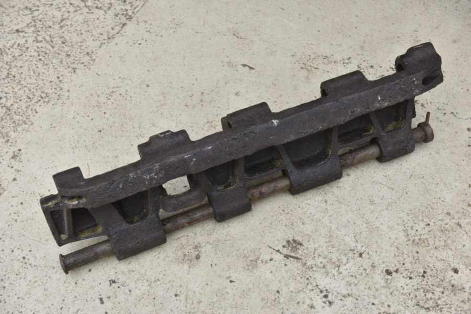 Patin du Char 007 de Mickael Wittmann. Tread plate from the tank 007 of Mickaël WittmannEn métal, - Bild 2 aus 4