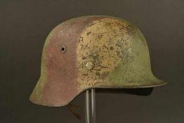Casque allemand camouflé trois tonsCoque de casque modèle 35, fabrication ET 64, numéro de lot 4778.
