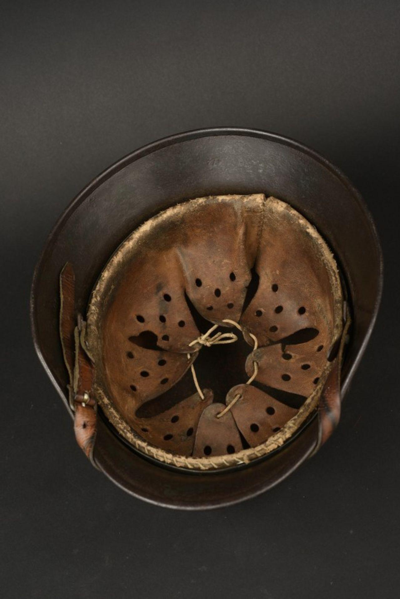 Casque SS camouflé double insigne du SS Ostuf A Linke. Helmet belonging to Ostuf A. Linke, bearing - Bild 3 aus 4