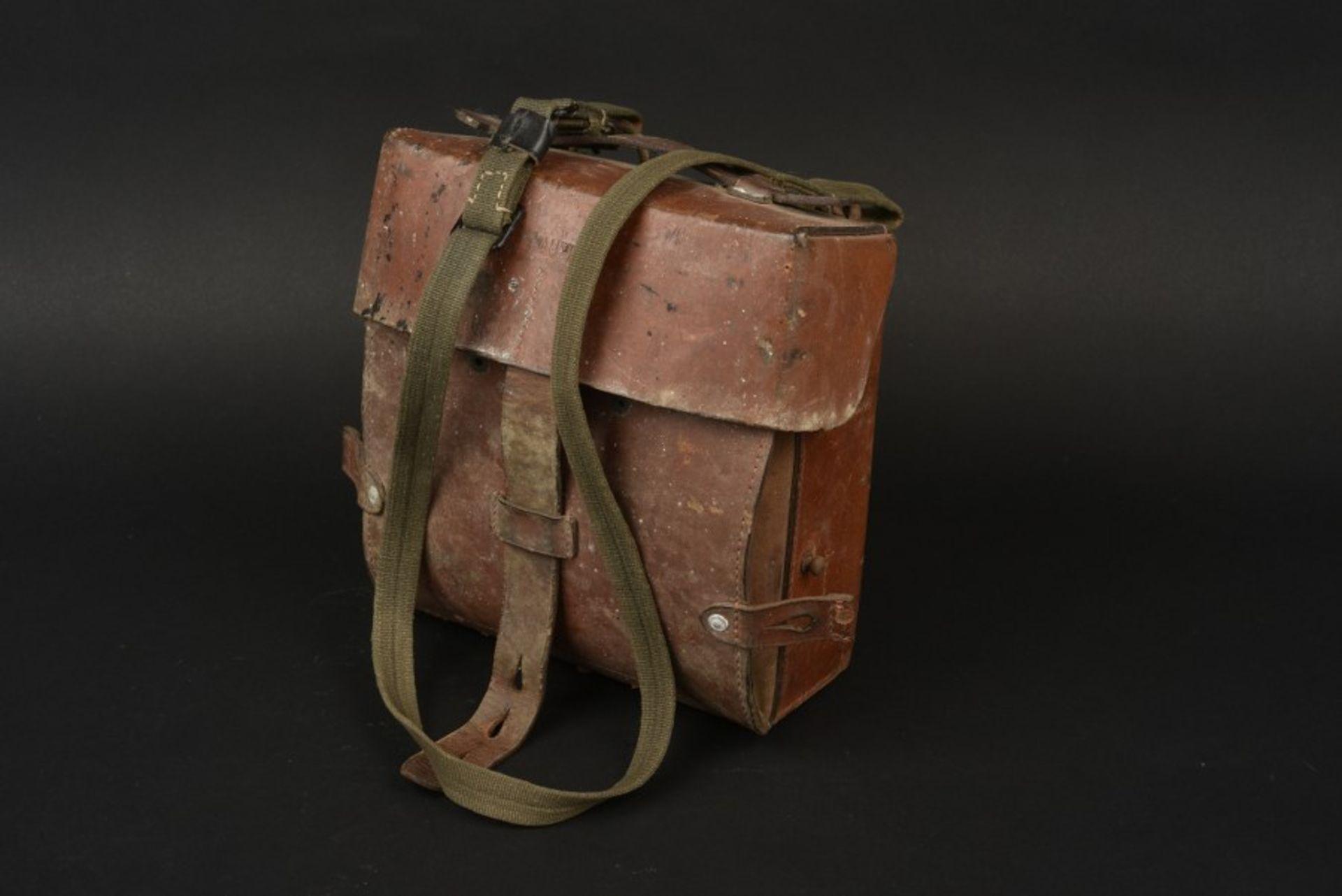 Los 46 - Trousse de Vétérinaire. Veterinary KitbagEn cuir marron, sangle de transport en toile Feldgrau.