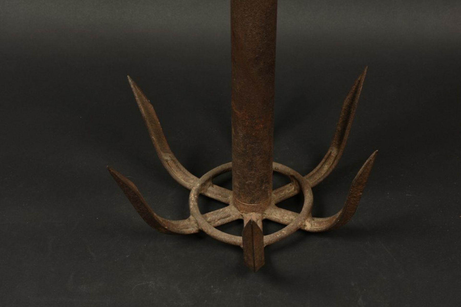 Grappin de la pointe du Hoc. Grapnel from the Pointe du HocEn métal, complet avec sa fixation de - Bild 2 aus 4