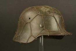 Casque grillagé avec insigneCoque de casque modèle 40, fabrication ET 64, numéro de lot 234.