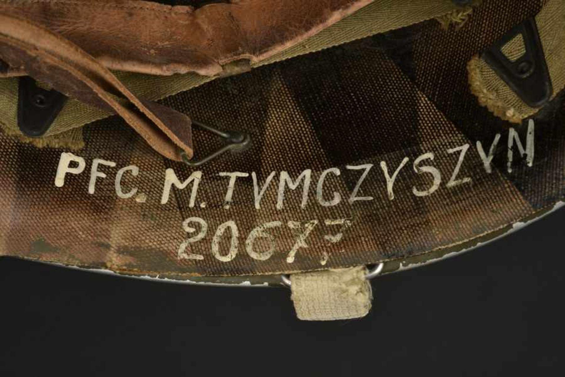 Los 42 - Casque d'un soldat américain d'origine polonaise. Helmet of an American soldier of Polish