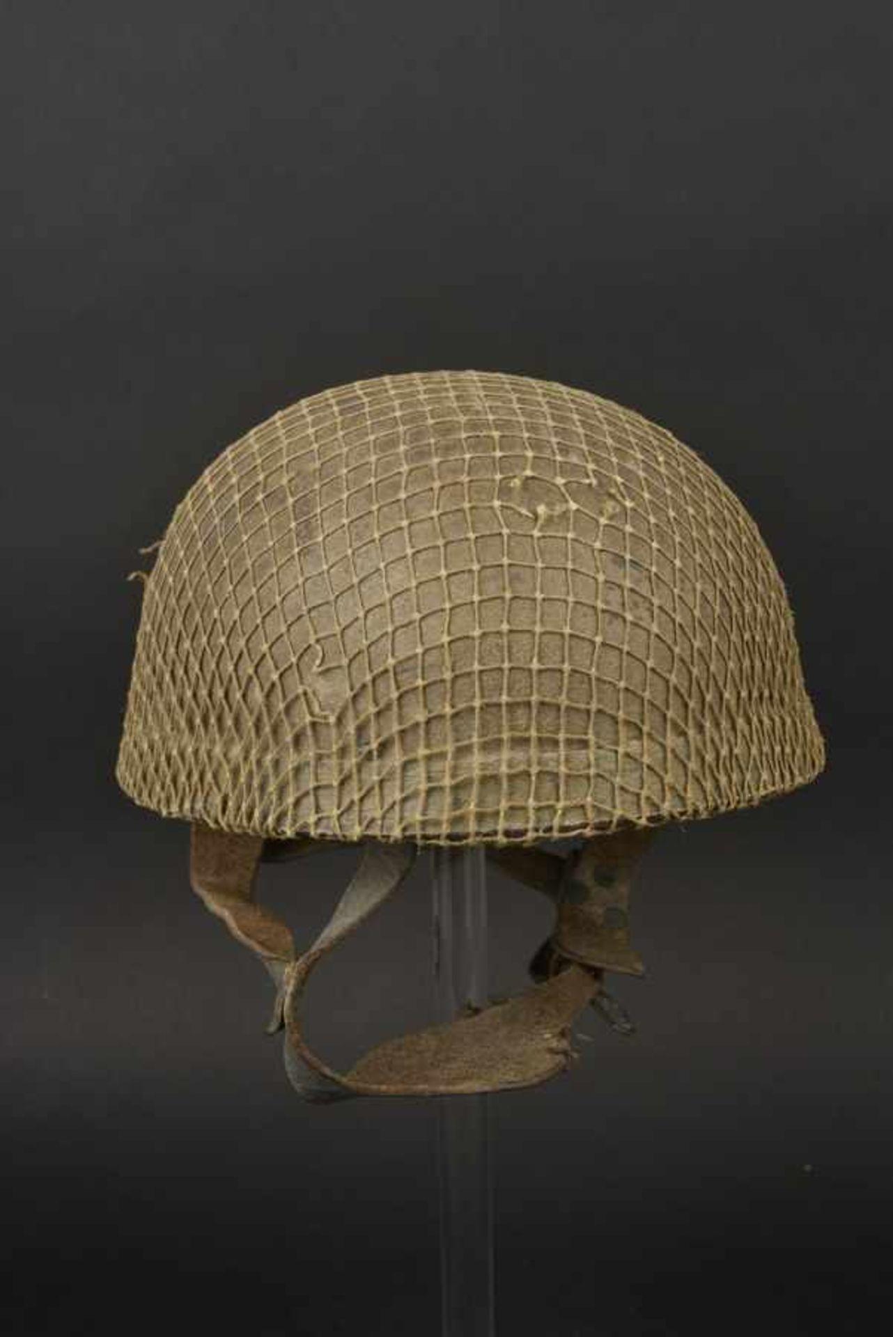Casque de parachutiste britannique. British paratrooper helmet Coque du premier type. Peinture d'