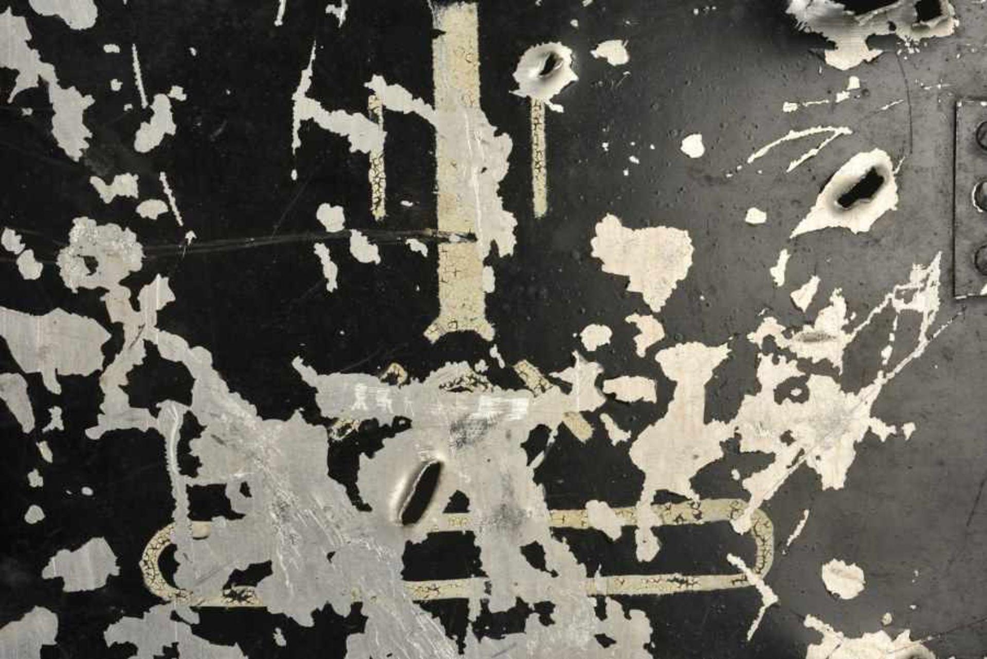 Panneau avec impact de l'Etat Major d'une Companie de Nebelwerfer motorisé. Sign riddled with bullet - Bild 4 aus 4