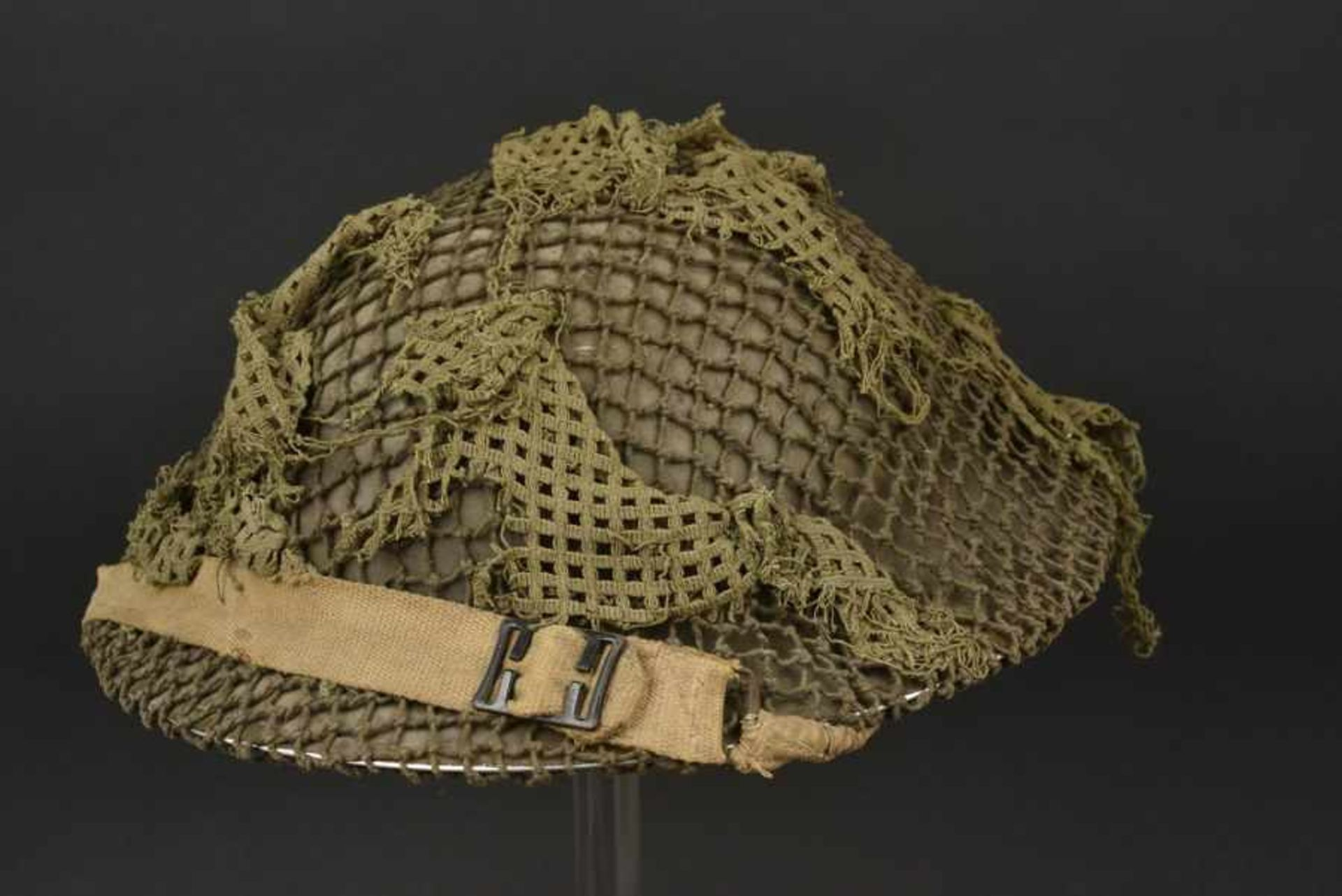 Casque canadien avec filet de camouflage monté d'origine Canadian helmet bearing its original