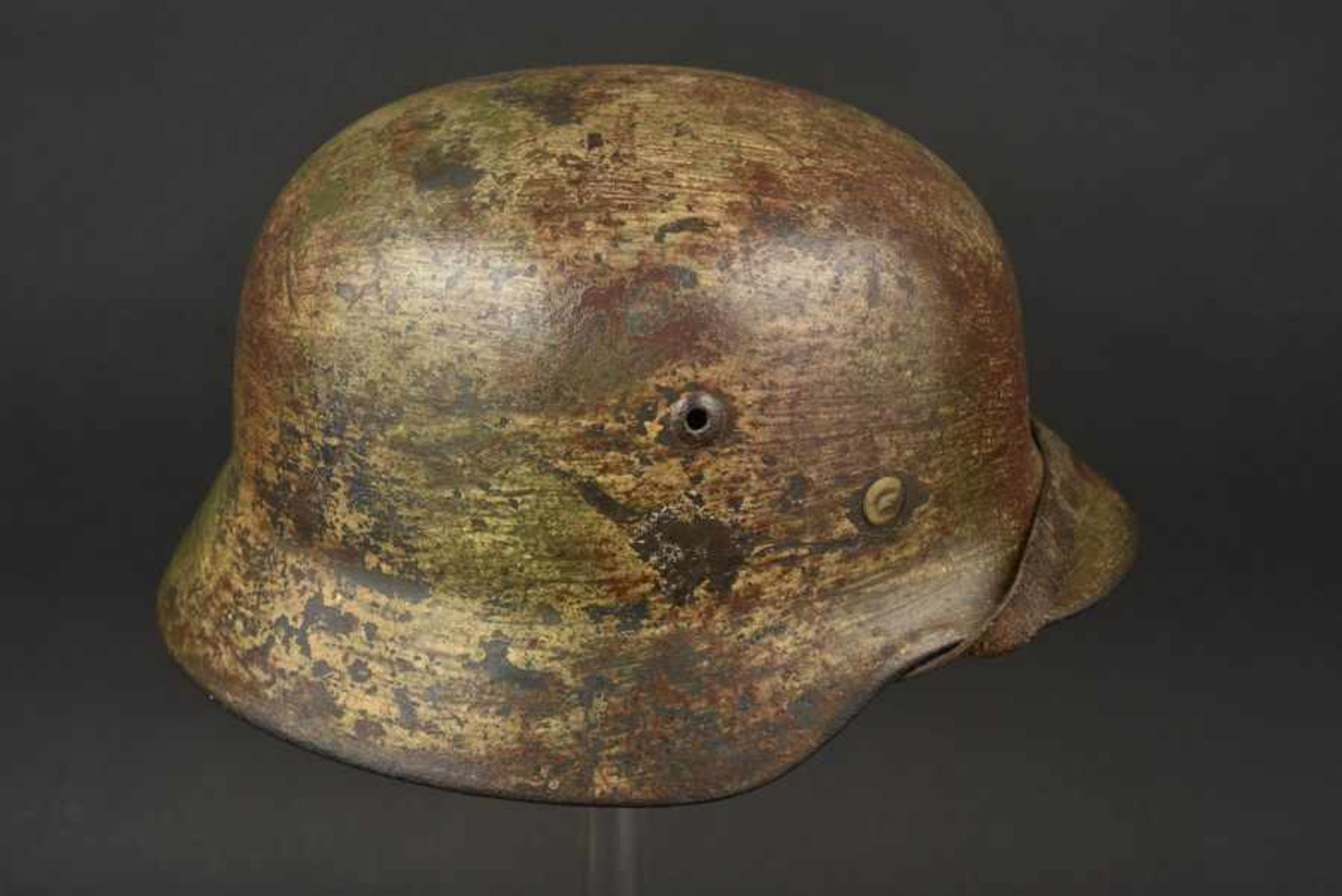 Casque camouflé de la Luftwaffe. Camouflaged Luftwaffe M-35 helmet Coque de casque M-35, fabrication - Bild 3 aus 4