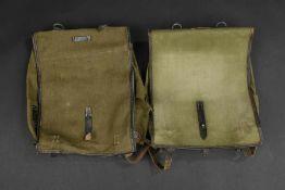 Sacs à dos allemandComprenant deux sacs à dos en toile Feldgrau et cuir. Les bretelles sont