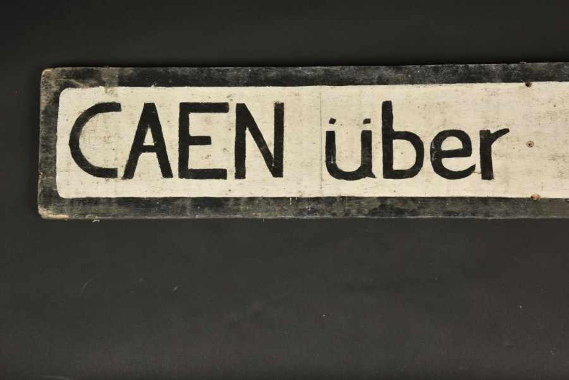 Panneau directionnel Caen über Bayeux. Directional sign Caen über Bayeux.En bois, fond peint en - Bild 3 aus 4