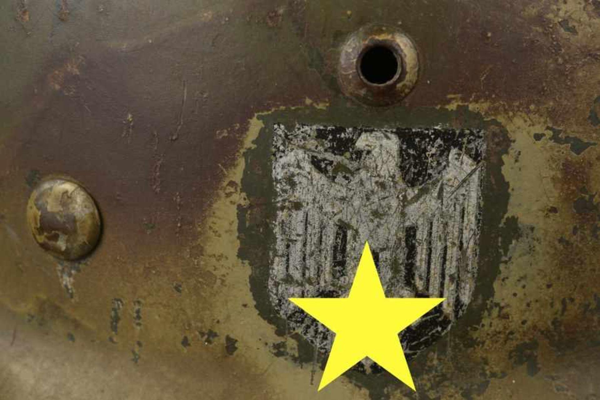 Casque camouflé de la Heer avec trace de grillage. Camouflage Heer helmet with burn marksCoque de - Bild 2 aus 4