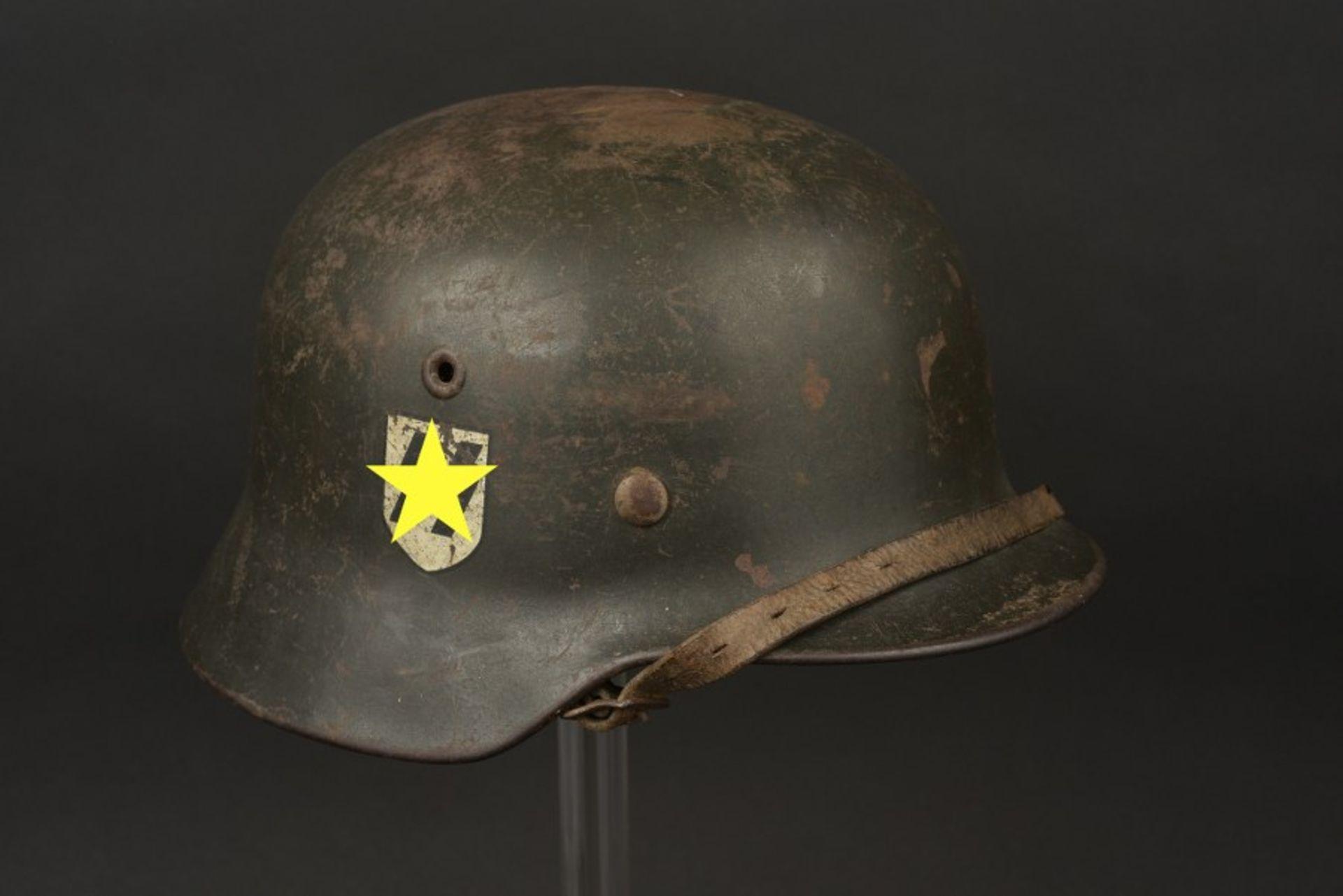 Los 24 - Casque de la Waffen SS. Waffen SS helmet Coque de casque M-40, fabrication ET 64. numéro de lot 819.
