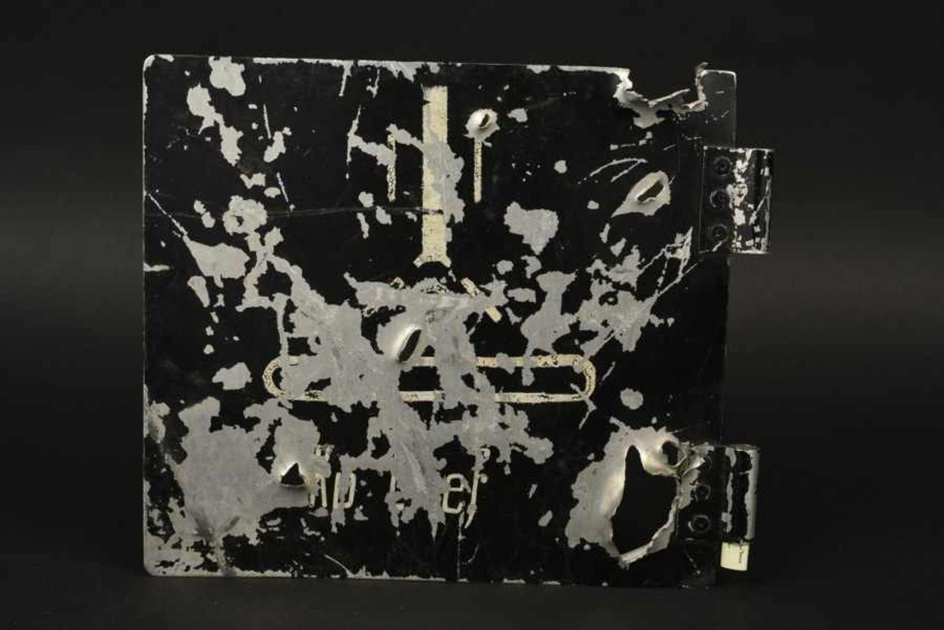 Panneau avec impact de l'Etat Major d'une Companie de Nebelwerfer motorisé. Sign riddled with bullet - Bild 2 aus 4