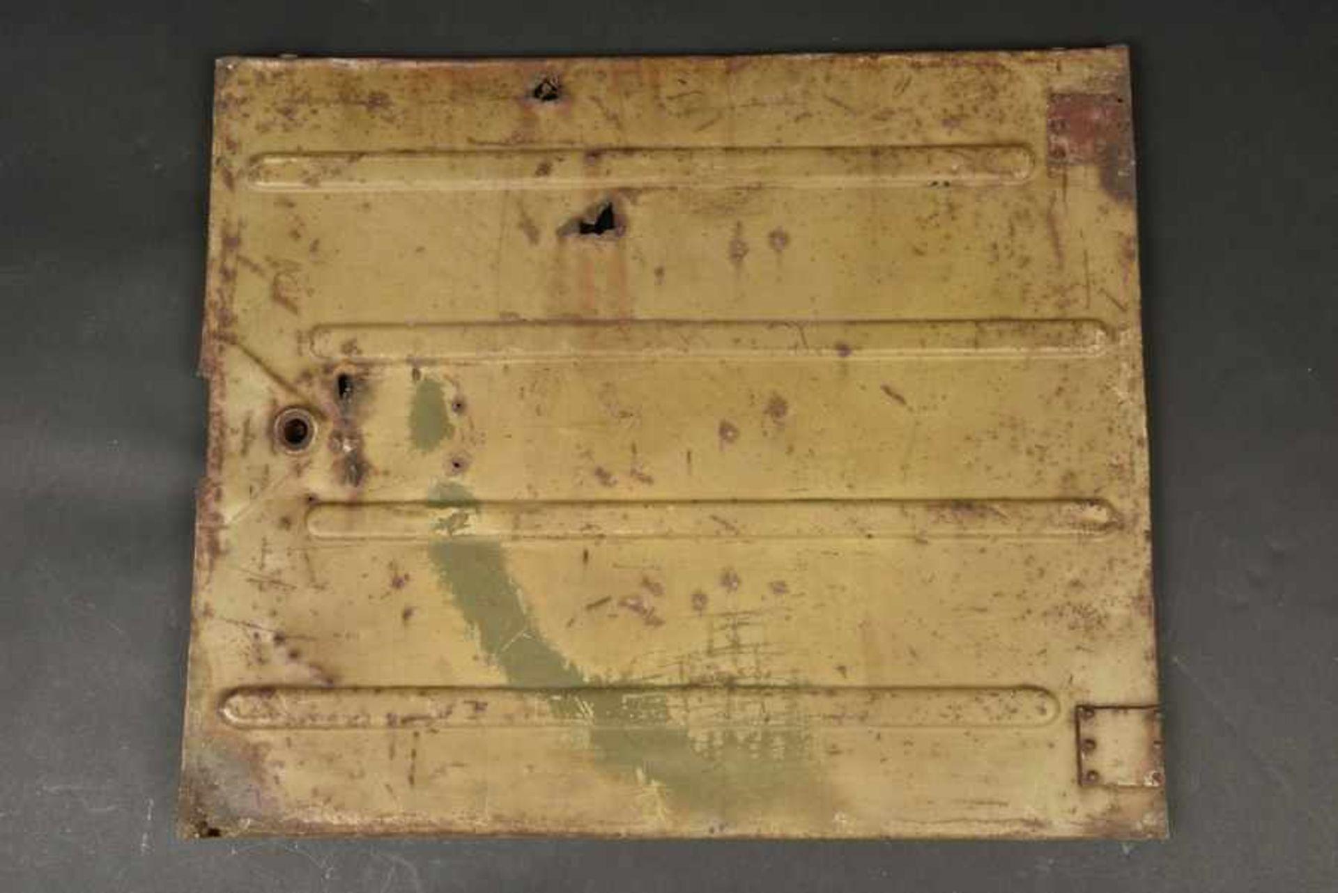 Portière de Kubelwagen camouflé avec des impacts, provenant de Bayeux. Camouflaged Kubelwagen door