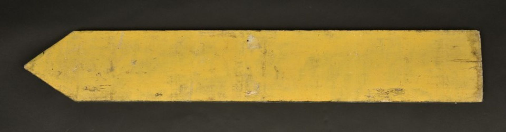 Panneau directionnel Caen über Bayeux. Directional sign Caen über Bayeux.En bois, fond peint en - Bild 2 aus 4