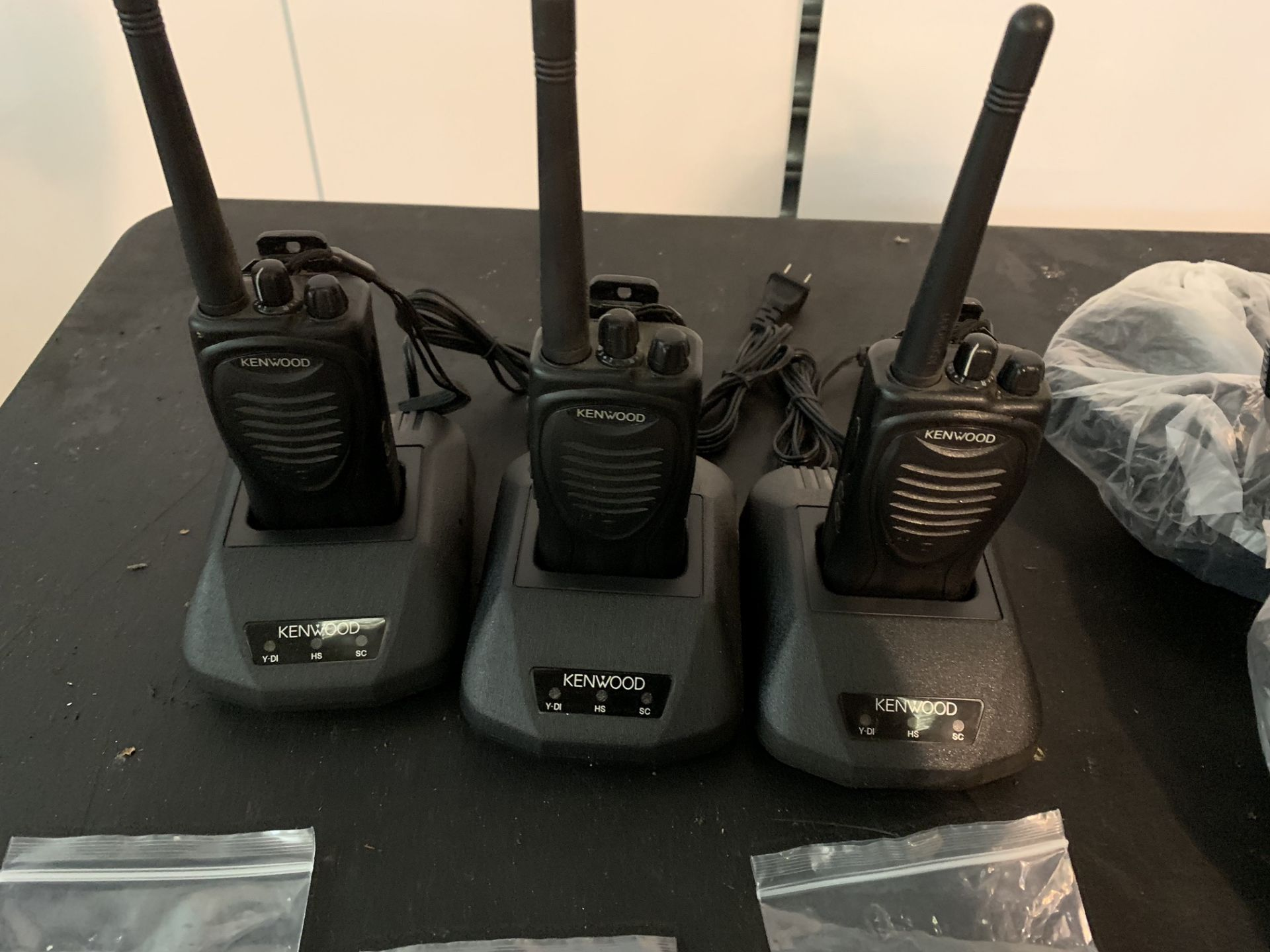 Lot 23 - 3 x KENWOOD RADIOS WITH 3 X EARPIECES & 3 X KANEN HEADPHONE
