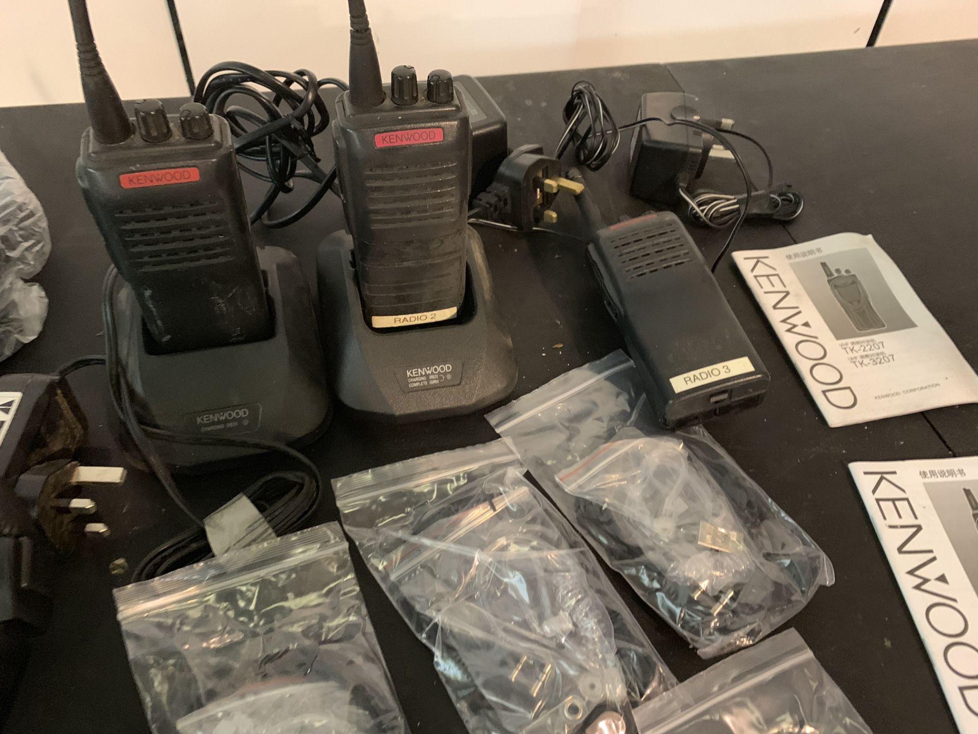 Lot 24 - 3 x KENWOOD RADIOS WITH 5 X EARPIECES & 4 X KANEN HEADPHONE