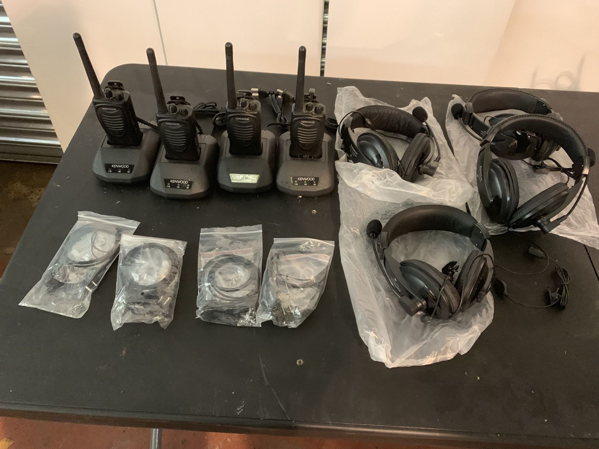 Lot 21 - 4 x KENWOOD RADIOS WITH 4 X EARPIECES & 4 X KANEN HEADPHONE