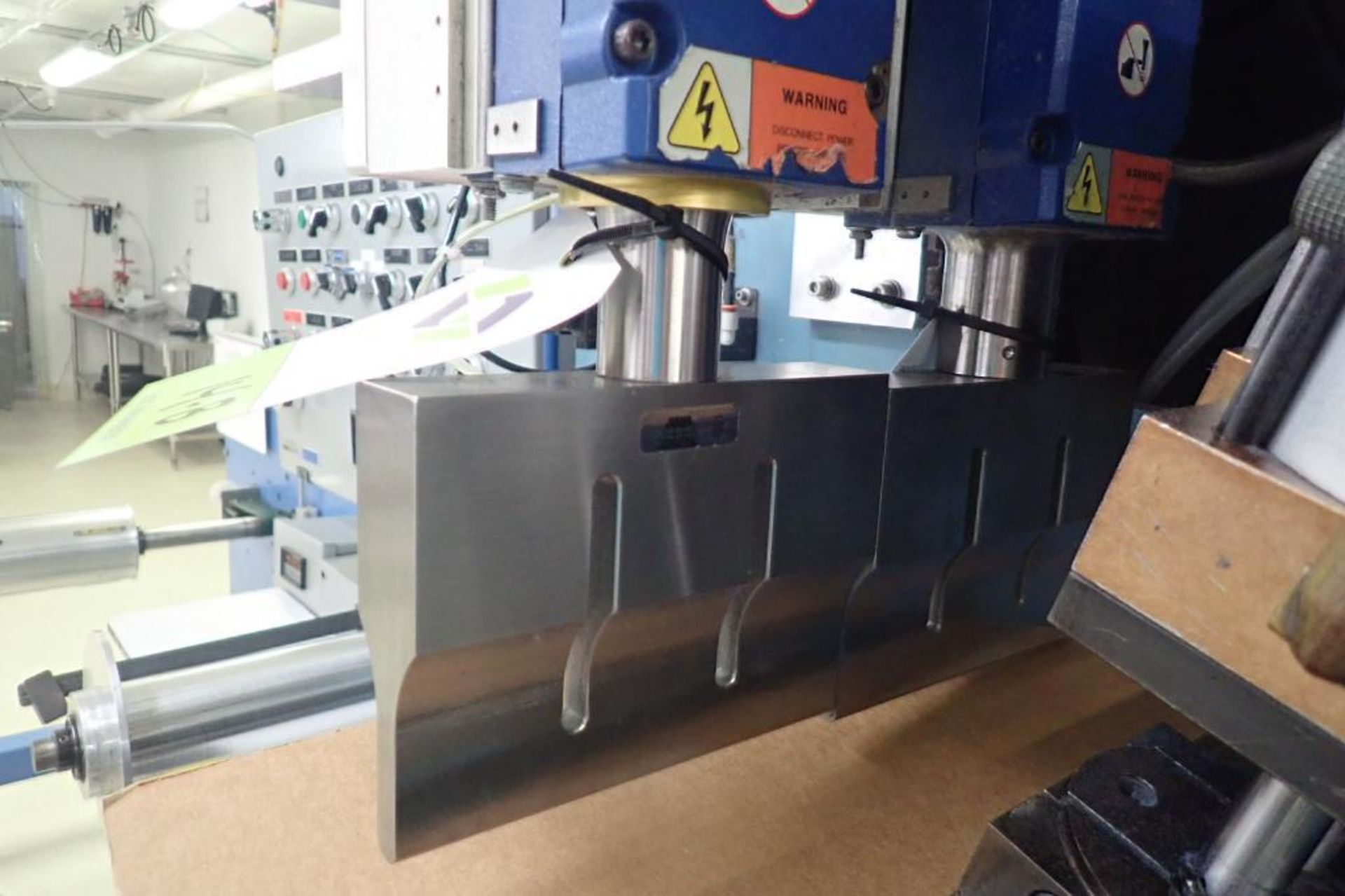 Lot 14B - Branson 2000 ultrasonic welder, Actuator ao 3.0, 2003 Branson power supply Model 2000bdc 20:2.2 **