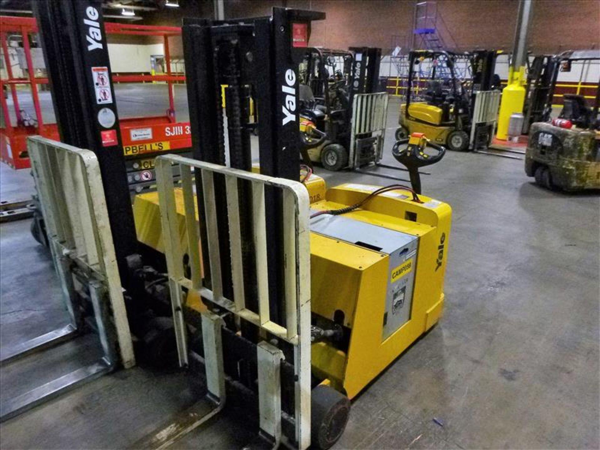 Lot 2023 - Yale walk-behind fork lift truck, mod. MCW030LEN24TV072, ser. no. C819N02806N, 24V electric, 3000
