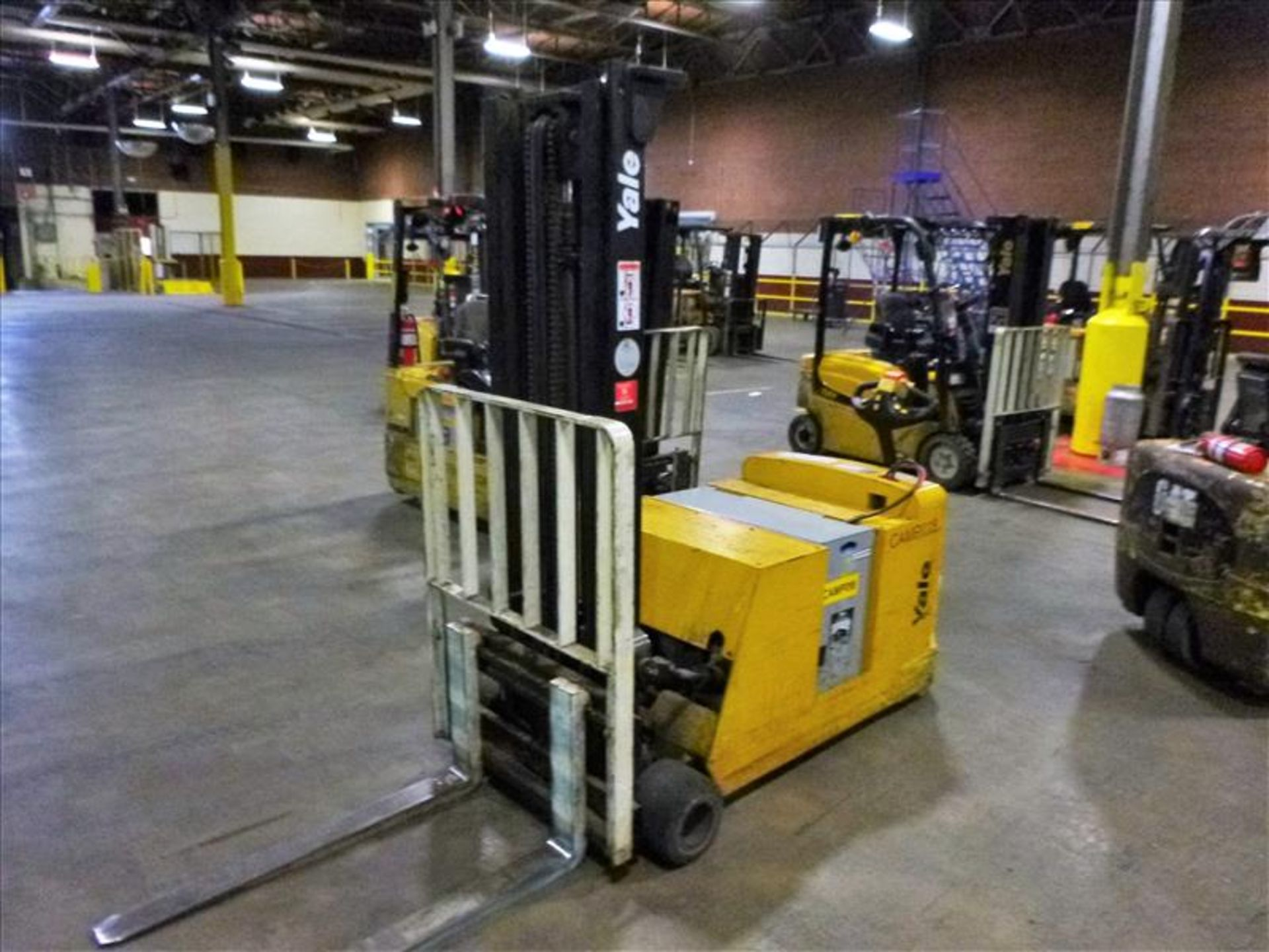 Lot 2024 - Yale walk-behind fork lift truck, mod. MCW040LEN24TV072, ser. no. C819N01591B, 24V electric, 3700