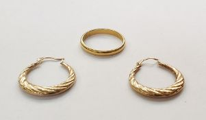22ct gold wedding ring, 3.1g approx and a two gold-coloured metal hollow hoop-pattern earrings
