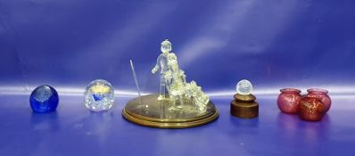Glass sculpture groupof two golfing figures, on circular wooden base, 27cm diameter, set of three