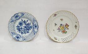 Meissen porcelain plate painted with deutsche blumen and having trellis-work pierced border, 22cm,