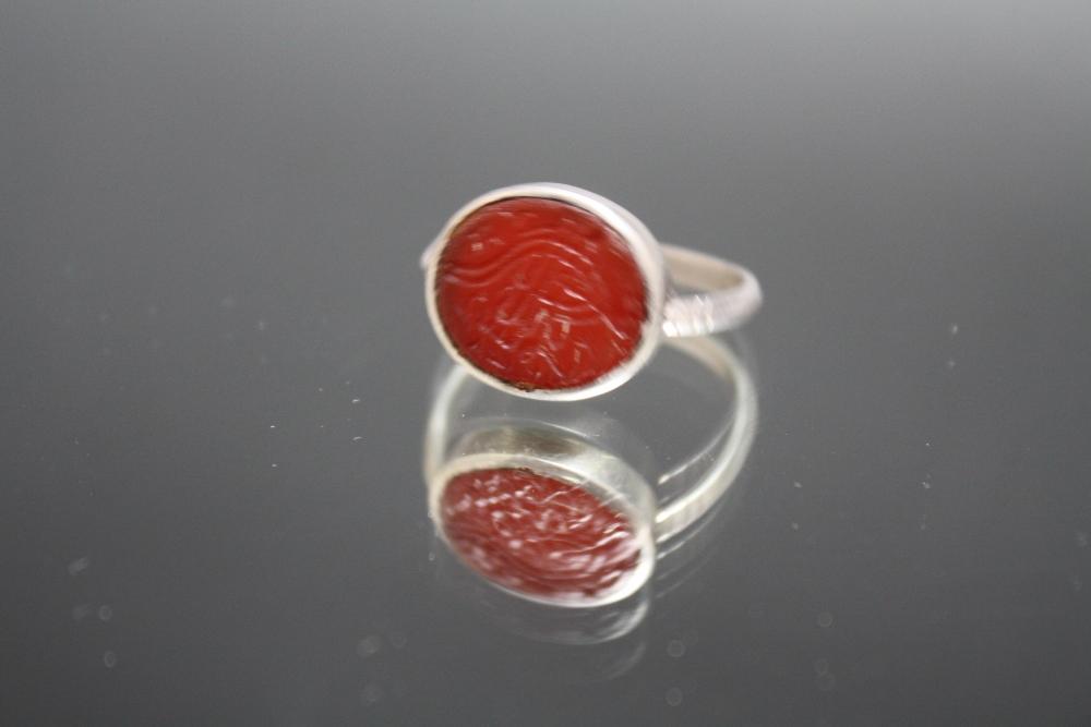 Lot 397 - AN ISLAMIC STYLE CARNELIAN RING, ring size T