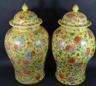 Paar hohe chinesische Deckelvasen, Blumen auf gelben Fond, wohl um 1900?, H-48 cm, D-26 cm