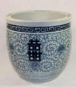 gr. Übertopf, China, blaues Dekor, gemarkt mit 4 Zeichen, H-27,5cm D-28,5cm.