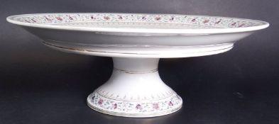 grosse Tortenplatte auf Stand, Blumen und Golddekor, Unterseite minim. Abplatzer, H-14 cm, D-39 cm