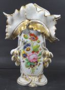 grosse, aufwendige Biedermeier-Vase mit Blumenmalerei und Goldstaffage, eine Spitze bestossen,