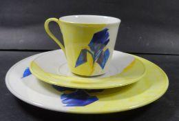 """Sammelgedeck """"KPM"""" Berlin, modernes Dekor, gelb mit blauer Blume- - -22.61 % buyer's premium on"""