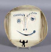 Pablo Picasso (1881-1973)Keramik Teller mit Gesichtsmotiv, matter z.T. reliefierter Dekor, Entwurf