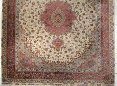 Schöner Täbristeppich, Persien, 2. Hälfte 20. Jh.Wolle mit Seide in sehr feiner Knüpfung, ovales