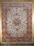 Täbris, Persien, 2. H. 20. Jh.Wolle mit Seide, feine Knüpfung/türkischer Knoten, pastellfarbener