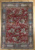 Prächtiger Ghom mit Jagdmotiven aus reiner Naturseide, Persien, 1960er-1980er Jahredas intensiv rote
