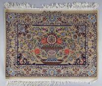 Isfahan mit prächtigem Vasenmotiv, Korkwolle, signiert, Persien, 1980er Jahreca. 80 x 105 cm,