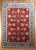 Sigler-Teppich mit Schah-Abbas-Palmetten auf rotem Grund und blau abgesetzter Palmettenbordüre,
