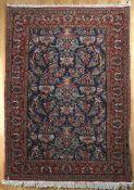 Feiner Ghom aus Korkwolle, Persien 1990er Jahredas tiefblaue Hauptfeld mit dichtem Dekor blühender