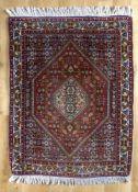 Bidjar, Persien, ca. 20 Jahre altrotes und blaues Hauptfeld mit rautenartiger Unterteilung, sehr