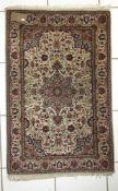 Sarough aus Indien, um 1980auf dem beigefarbenen Grund zeigt dieser Teppich die typischen Motive der