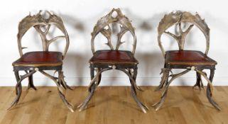 Drei schöne Geweihstühle im Rokokostil, deutsch, um 1880Eichensitz mit beschnitzter Zarge, Gestell