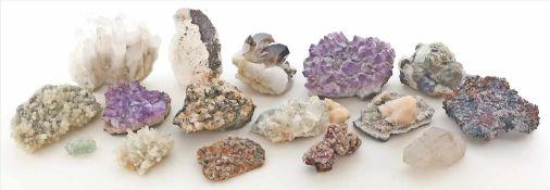 Konvolut von ca. 15 verschiedenen Mineralienstufen.Dabei u.a. Amethyst, Pyrit, Rauchquarz, u.a.