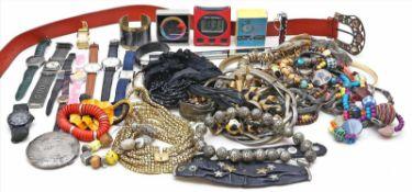 Großer Posten Modeschmuck und Armbanduhren.Verschiedene Ausführungen und Materialien, teils stärkere