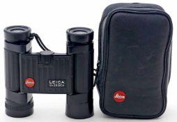 """Fernglas """"LEICA"""".Modell """"8x20 BCA"""". Gummiertes, schwarzes Metallgehäuse, originale Gürteltasche."""
