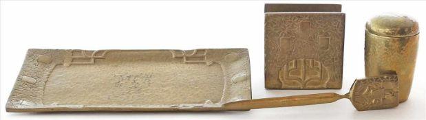 4 Teile Messing:Ablage, Brieföffner, Papierhalter und kleine Deckeldose. Teils Altersspuren. 1x gem.