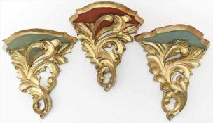 3 Wandkonsolen im Rokokostil.Holz, goldgefasst, Unterseite hellblau bzw. rot gefasst. Alters- und