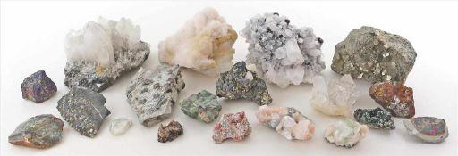 Konvolut von ca. 17 verschiedenen Mineralienstufen.Dabei u.a. Granat, Bergkristall, u.a.